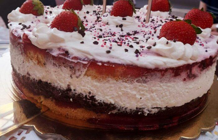 Tort śmietanowo-truskawkowy